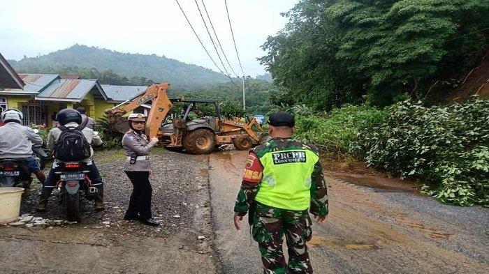 Longsor Menimpa Badan Jalan di Nagari Salimpaung Kabupaten Tanah Datar Selesai Dibersihkan