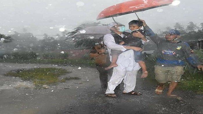 Di Tengah Guyuran Hujan, Wako Hendri Septa Jemput Keluarga Semata Terakhir