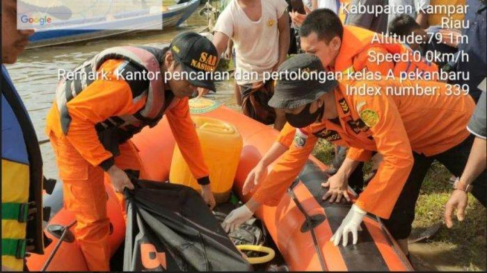 Tim SAR gabungan berhasil menemukan pemudik hanyut setelah nekat lewat jalur sungai dari Provinsi Riau ke Sumbar, Jumat (14/5/2021). Perahu yang mereka tumpangi terbalik di Nagari Muaro Paiti, Kapur IX, Sumbar