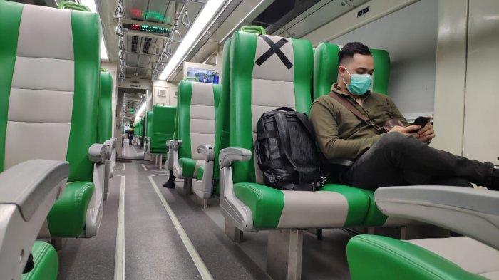 Penampakan di dalam Kereta Api Minangkabau Ekspres tujuan Bandara Internasional Minangkabau. Penerapan protokol kesehatan ketat diberlakukan bagi tiap penumpang