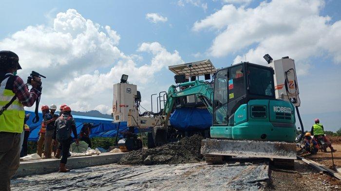 Penampakan pengerjaan proyek pembangunan jalan tol Padang-Pekanbaru seksi I Padang-Sicincin, Sabtu (13/3/2021).