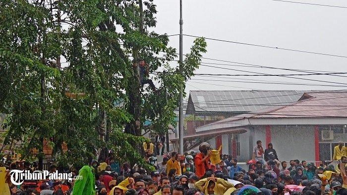 Aksi Unjuk Rasa di Kantor DPRD Sumbar, Massa Lempari Botol Air Mineral Hingga Sepatu