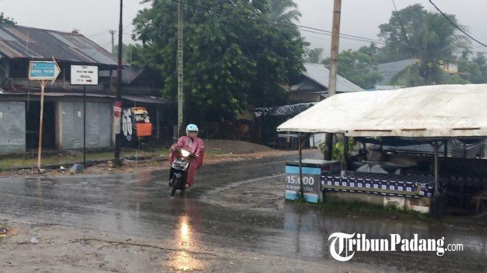 Pengendara melintas saat hujan di jalan Simpang 4 Air Pacah, Kota Padang, Sumatera Barat, Kamis (29/4/2021). Hujan lebat mulai menguyur Padang sejak Kamis pagi