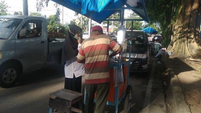 Penjual lamang tapai di dekat Pasar Alai, Padang.
