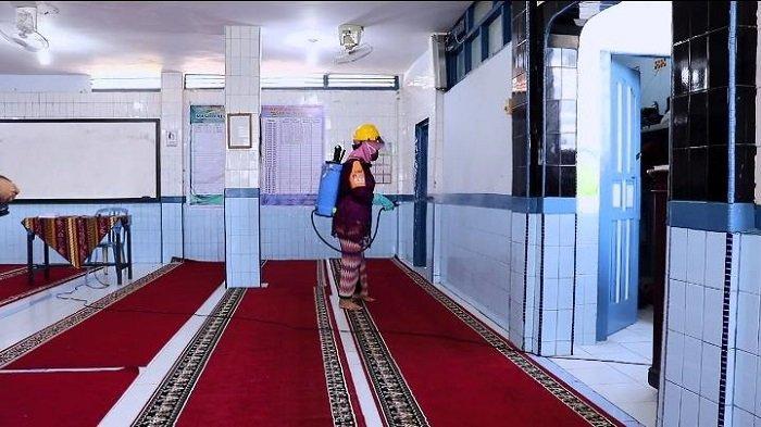 Peringati Hari Kartini, Srikandi KSB Kota Padang Semprotkan Disinfektan Menggunakan Kebaya