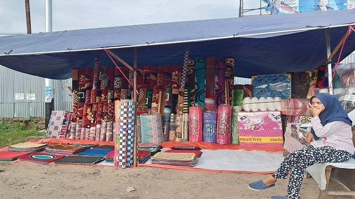 Pedagang Tawarkan Karpet Impor dari Turki di Pinggir Jalan By Pass Kota Padang