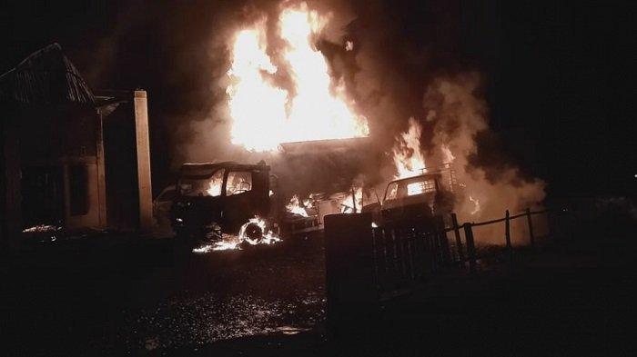 Satu rumah beserta 3 unit mobil hangus terbakar di Kabupaten Pesisir Selatan, Provinsi Sumatera Barat (Sumbar), Kamis (3/6/2021) yang lalu.