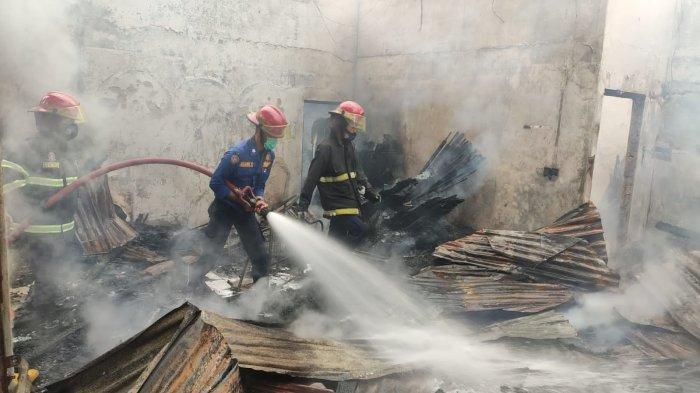 Petugas Damkar memadamkan kebakaran diJalan Adinegoro batas kota, Rt 03/Rw 01, Kelurahan Padang Sarai, Kecamatan Koto Tangah, Kota Padang, Sumatera Barat, Sabtu (4/9/2021).