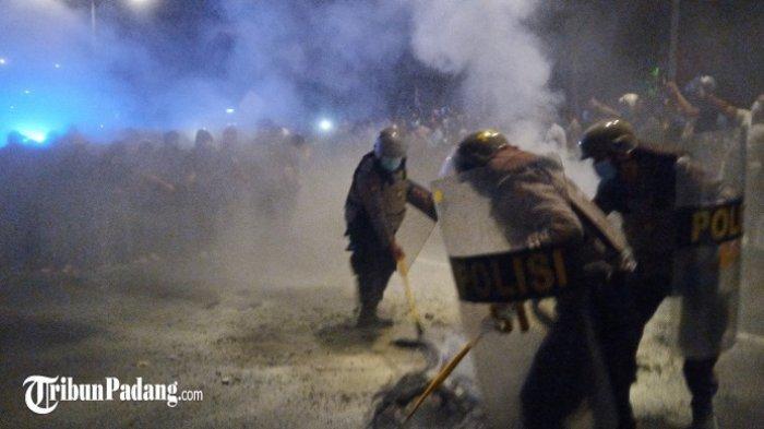 Massa Bertahan hingga Malam, Polisi Bubarkan Paksa Aksi Demo di Padang