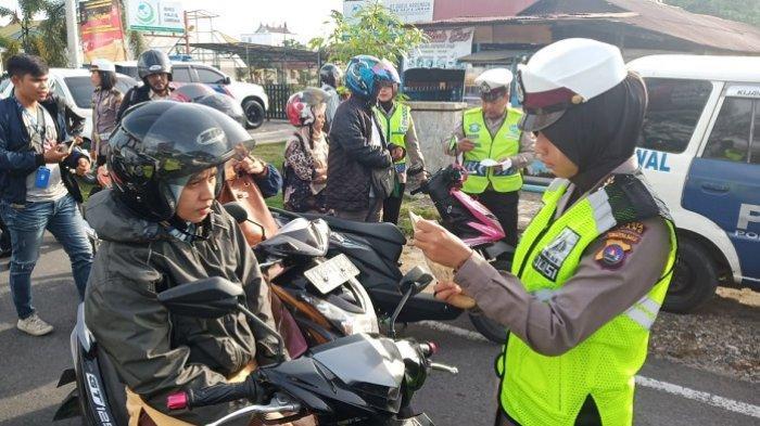 POPULER PADANG - Kisah Juru Parkir, Desi Elvina| Razia Kendaraan di Depan Masjid Raya Sumbar