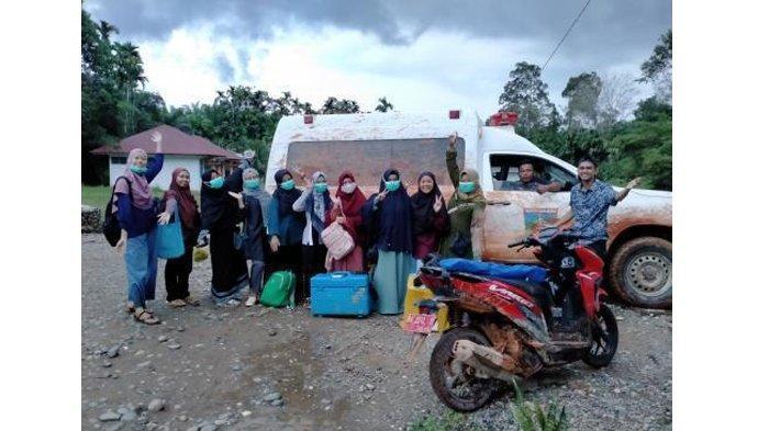 Petugas kesehatan Puskesmas Lubuk Ulang Aliang, Solok Selatan berjibaku melewati jalan tanah berlumpur agar bisa memberikan pelayanan kesehatan vaksinasi pada warga