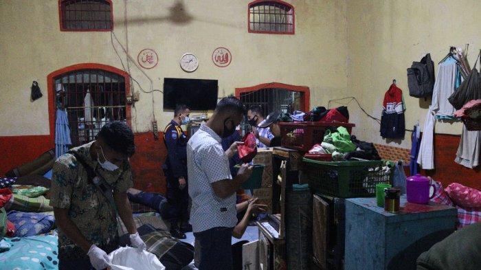 Razia di Lembaga Pemasyarakatan Kelas IIA Padang, Petugas Temukan Ponsel dan Senjata Tajam di Kamar