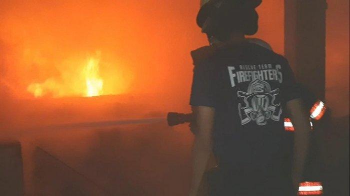 Kebakaran di Padang Teater Pasar Raya Berhasil Dipadamkan, Sejumlah Kios Dikabarkan Hangus
