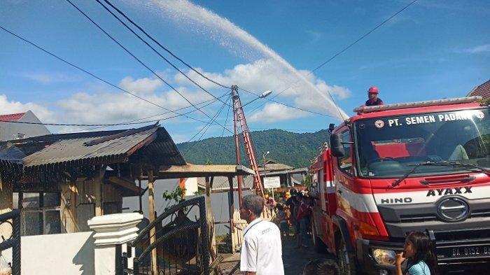 6 Unit Mobil Damkar Diturunkan untuk Padamkan 1 Rumah yang Terbakar di Bandar Buat Padang