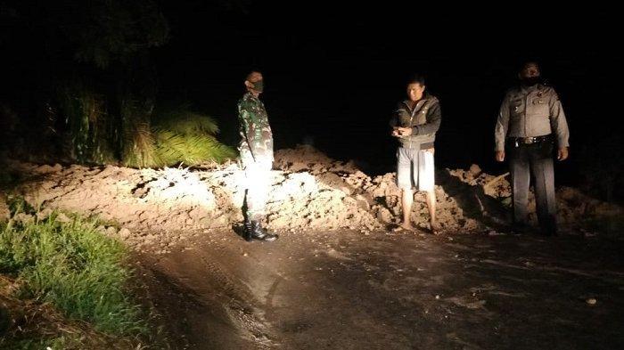 BREAKING NEWS: Longsor di Padang Pariaman, Akses Jalan Sungai Limau - Agam Putus Total
