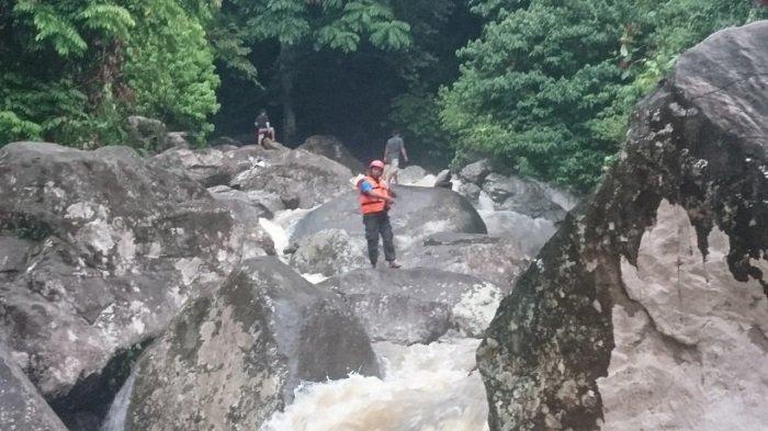 Petugas BPBD sebut Evakuasi Korban di Air Terjun Lubuk Hitam Butuh Waktu karena Medan yang Sulit