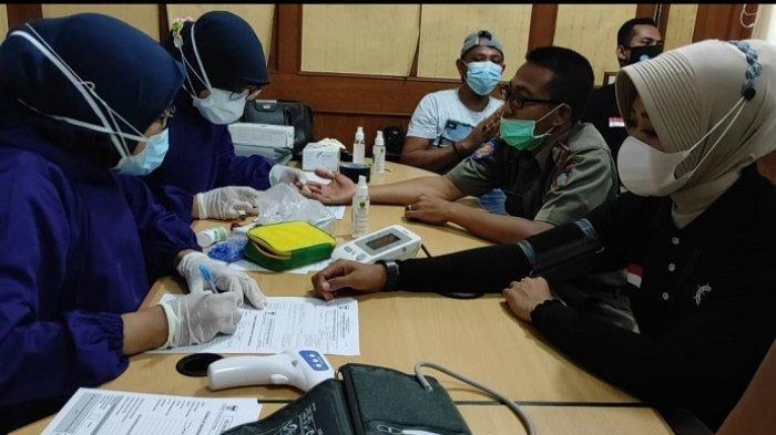111 Personel Satpol PP Padang Disuntik Vaksin Covid-19, Target 496 Orang