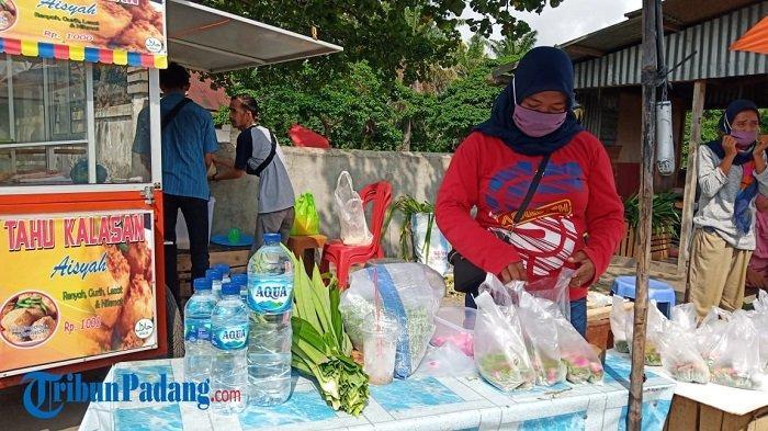 Peziarah Ramai Kunjungi TPU Kota Padang, Pedagang Bunga Bisa Jual Ratusan Kantong Sehari