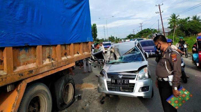 Mobil Karimun Tabrak Truk Berhenti di Jalan Bypass Padang, Sopir Meninggal Dunia