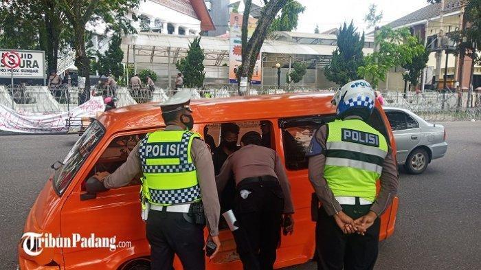 Polisi Jaga Ketat Gedung DPRD Sumbar, Mobil yang Lewat Diperiksa, Ada Remaja yang Diamankan