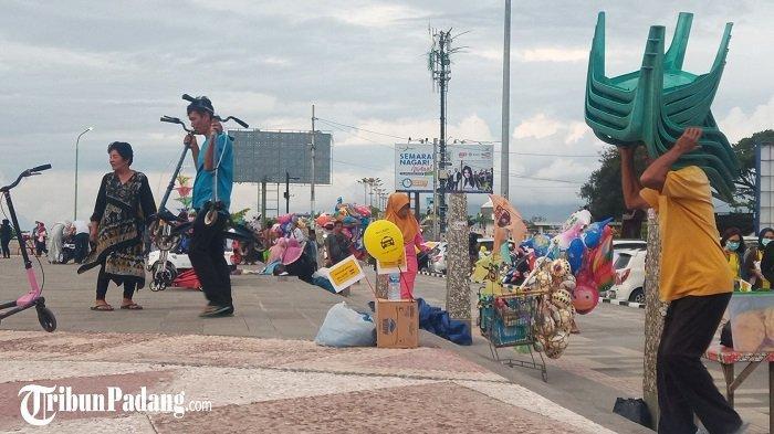 Momentum Libur Pilkada, Wisatawan Ramai Kunjungi Pantai Padang dan Masjid Al Hakim