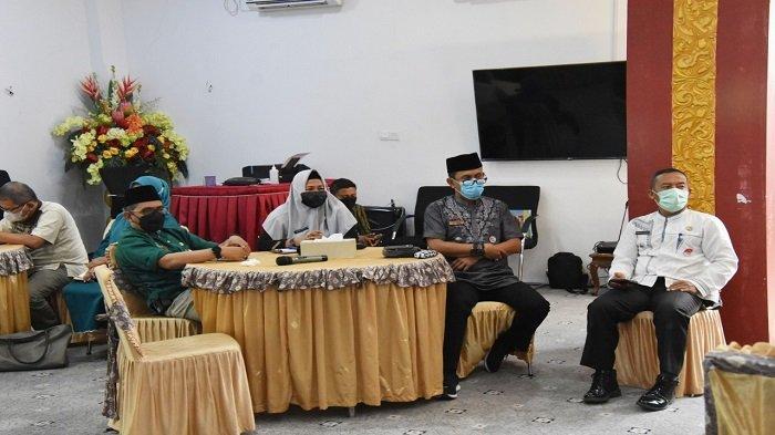 Wali Kota Padang Hendri Septa memimpin rapat penanganan Covid-19 terkait pelaksanaan Pesantren Ramadhan 1442H/2021M yang dimulai serentak pada 18 April 2021 lalu, di masjid dan musala se-Kota Padang.