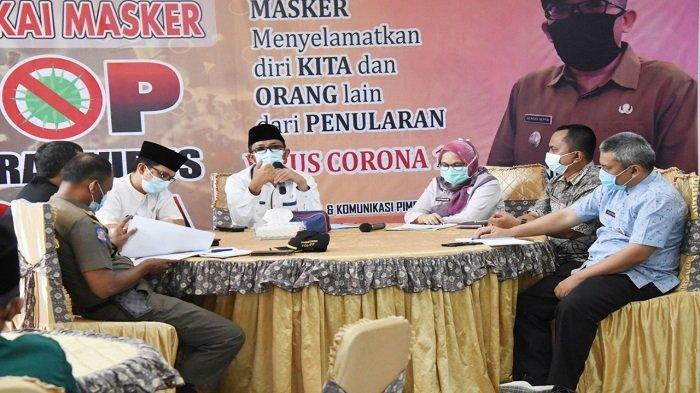 Wali Kota Padang Hendri Septa memimpin rapat penanganan Covid-19 terkait pelaksanaan Pesantren Ramadhan 1442H/2021M yang dimulai serentak pada 18 April 2021 lalu di masjid dan musala se-Kota Padang.
