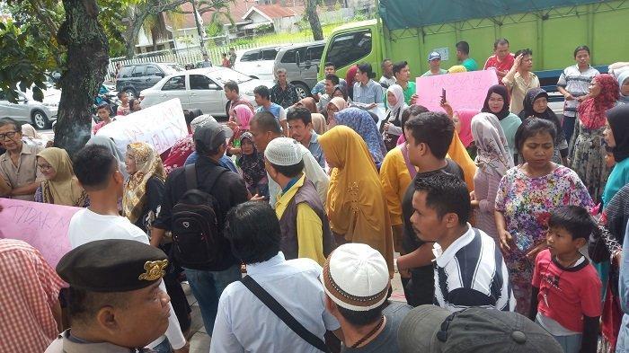 BREAKING NEWS: PKL Gelar Demo di Depan Gedung DPRD Padang, Tolak Digusur