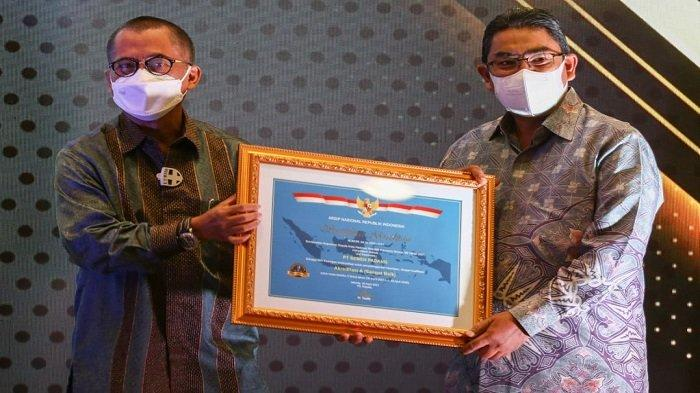 Direktur Utama PT Semen Padang Yosviandri  menerima Sertifikat Akreditasi A untuk Unit Kearsipan dari Plt.Kepala ANRI Muhammad Taufik di Jakarta, Kamis (10/6/2021).