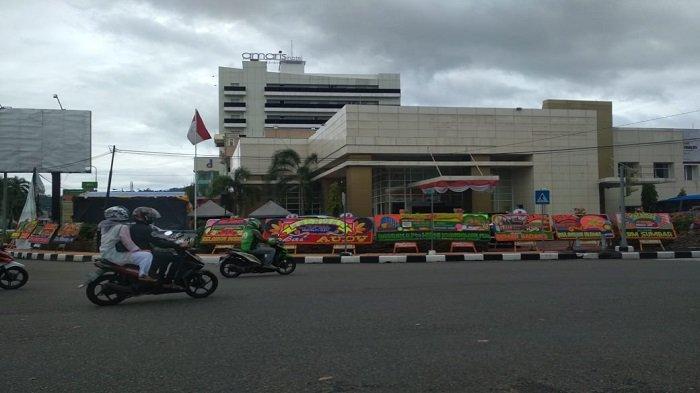 Karangan Bunga Ucapan Selamat Hiasi Trotoar Depan Posko Pemenangan Mahyeldi-Audy