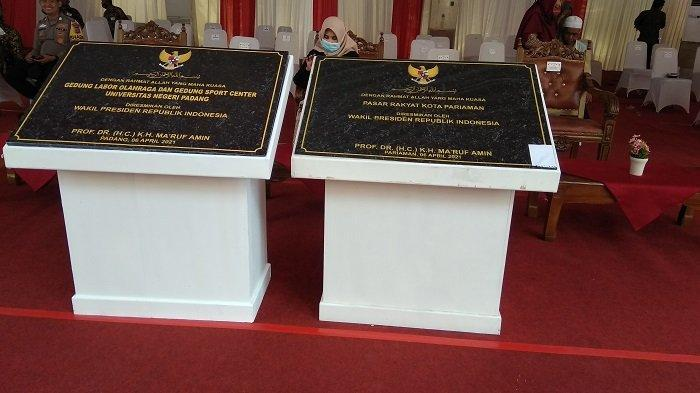 Wapres Maruf Amin membubuhkan tanda tangan pada prasasti batu menandai peresmian beroperasinya Pasar Rakyat Kota Pariaman serta Gelanggang Olah Raga (GOR) Universitas Negeri Padang atau UNP, di Kota Pariaman pada Selasa (6/4/2021).