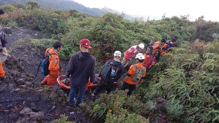 Pendaki yang Terjatuh di Cadas Gunung Marapi Diperkirakan Siang Ini Sampai di Bawah