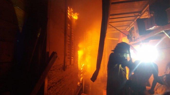 Kebakaran Hebat di Tanah Datar: Warnet, Toko Listrik hingga Gudang Makanan Hangus Dilalap Api