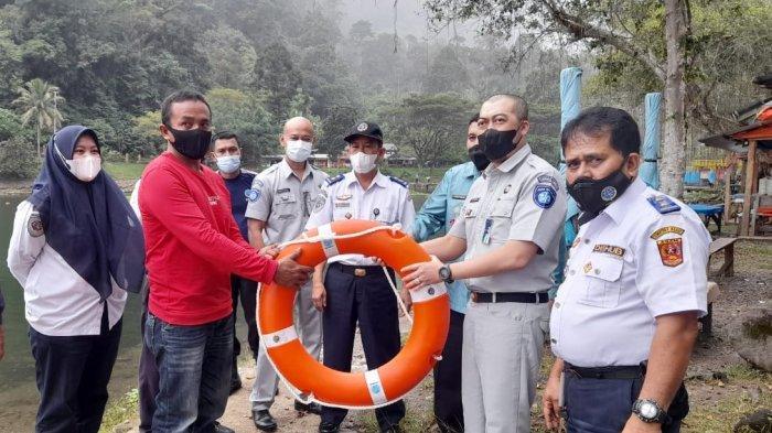 Jasa Raharja Sumbar Sosialisasi dan Beri Alat Keselamatan kepada Pemilik Kapal di Danau Maninjau