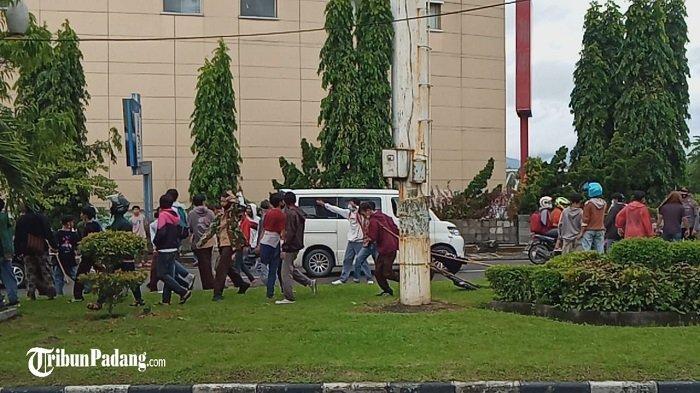 Polisi Tembakkan Gas Air Mata saat Demo di Kantor DPRD Sumbar, Sejumlah Pengendara Memutar Arah