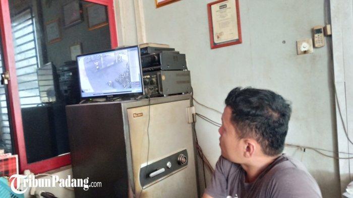 Aksi Rampok Modus Gembos Ban Terekam CCTV SPBU di Padang, Pelaku Perhatikan Korban dan Telepon Teman