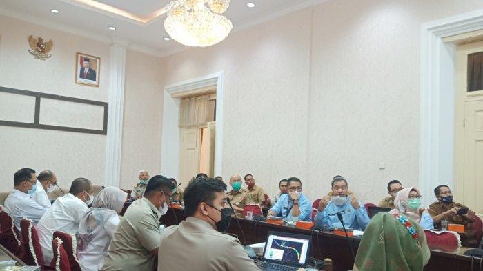 Rapat pembahasan percepatan proyek tol Padang-Pekanbaru ruas Sicincin-Padang di Istana Gubernuran Sumbar, Selasa (8/6/2021).