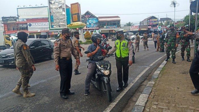 Razia Protokol Kesehatan di Padang, Pengendara Tak Pakai Masker Disanksi Menyapu Jalan