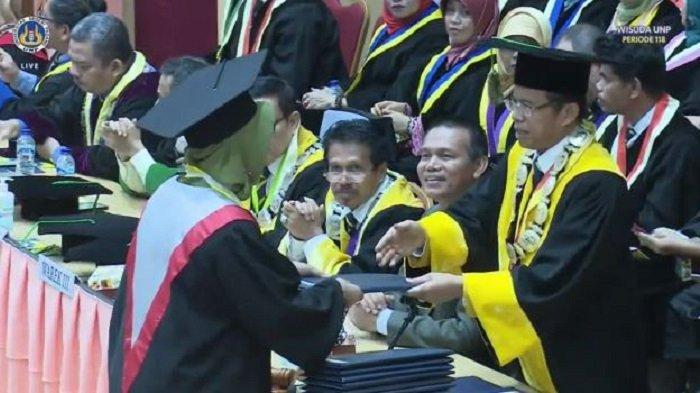 Mengenal Sosok Dr Molli Wahyuni, Lulusan Terbaik UNP Padang yang Raih IPK 4,00