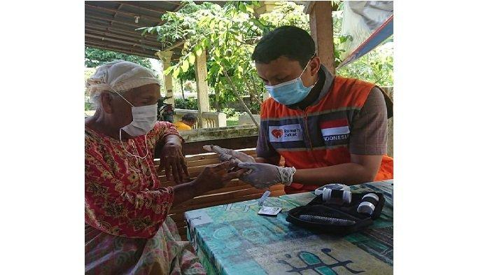 Relawan Rumah Zakat Sumbar Periksa Kesehatan Lansia, 40 Lansia Ikur Koto Padang Terbantu