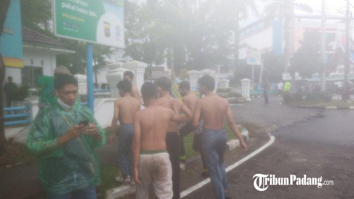 Polisi Amankan 6 Remaja Berseragam Putih Abu-abu Saat Aksi DemoUU Cipta Kerja di DPRD Sumbar