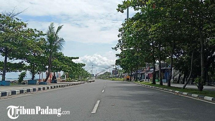 Kawasan objek wisata Pantai Padang ditutup, sehingga tidak ada pengunjung yang datang, Minggu (16/5/2021)