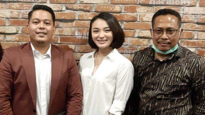 Revina VT didampingi kuasa hukumnya, Erick Mere dan Rusdi Ismail, di kawasan Semanggi, Jakarta Selatan, Kamis (29/4/2021).