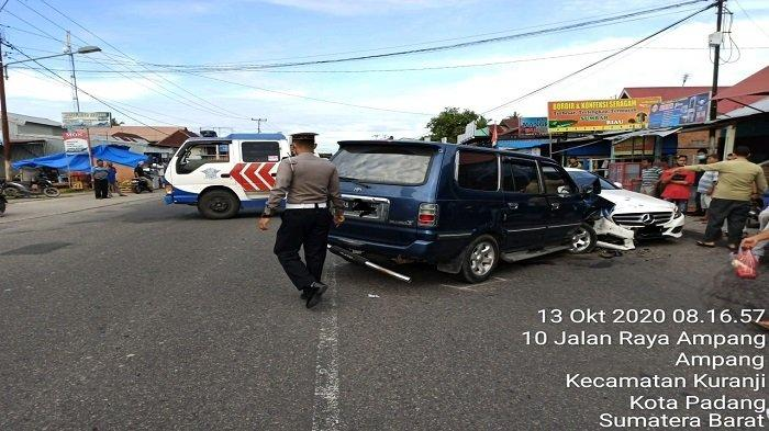 Dua Mobil Tabrakan dan Satu Motor Tersenggol di Jalan Raya Ampang Kota Padang, Korban Luka-luka