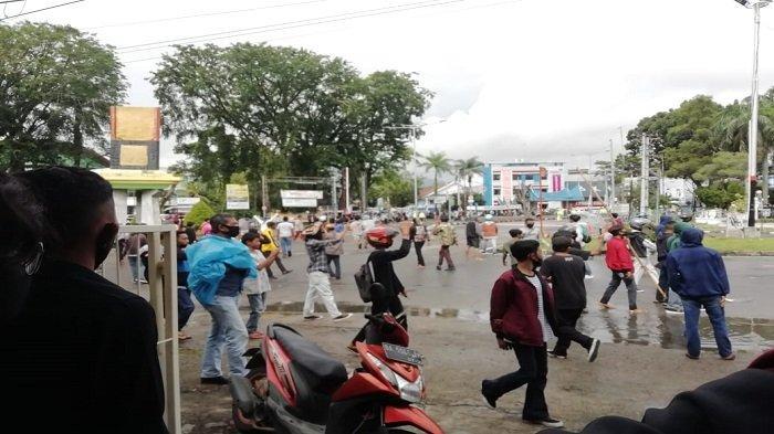 Demo Tolak UU Cipta Kerja di Padang Ricuh, Massa Berhamburan ke Jalan Raya Dihalau Aparat