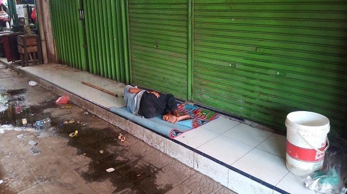 Seorang lelaki terlantar di fase V Padang Theater, Jalan Sandang Pangan, Pasar Raya Kota Padang, pada Rabu (24/3/2021)