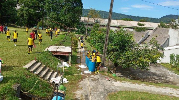 Latihan Pemain Semen Padang FC Kamis Pagi Ditutup dengan Ritual Mandi Es