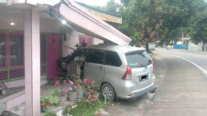 VIRAL di Medsos, Mini Bus Seruduk Rumah Warga Lubuk Alung di Pinggir Jalan Padang - Bukittinggi