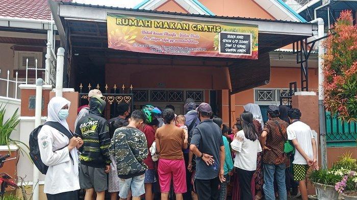 Ada Rumah Makan Gratis di Parak Gadang Padang, Puluhan Bungkus Ludes dalam 20 Menit