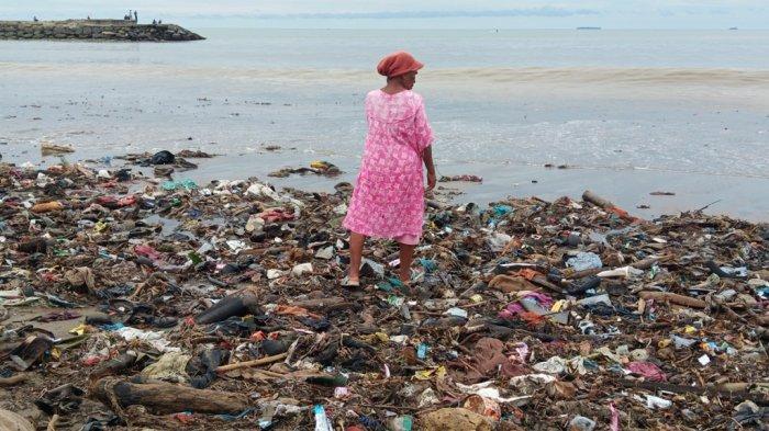Mengais Rezeki dan Berburu Sampah Plastik di Pantai Padang, Syamsiarni: Untuk Bayar Sewa Rumah
